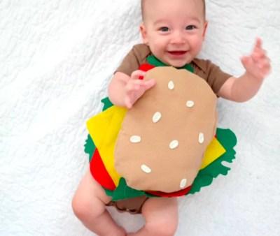 Menino com fantasia de hambúrguer