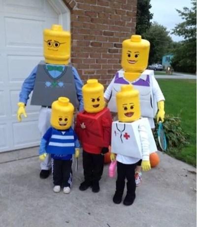 Família fantasiada de bonecos de plástico