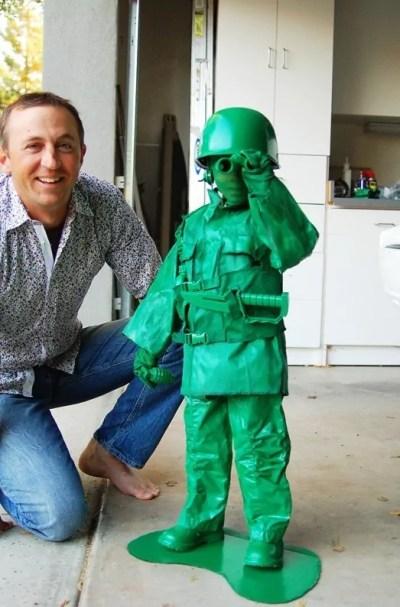 Menino fantasiado de boneco soldado verde