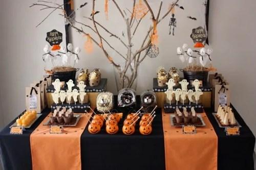 Mesa laranja, preta e branca decorada para o Dia das Bruxas