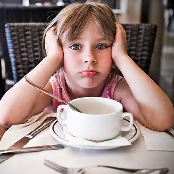 Principais erros que as mães cometem na alimentação dos filhos, achando que estão acertando
