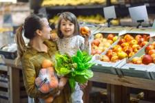 Just Real Moms Bebe Longe de Sujeira no Supermercado