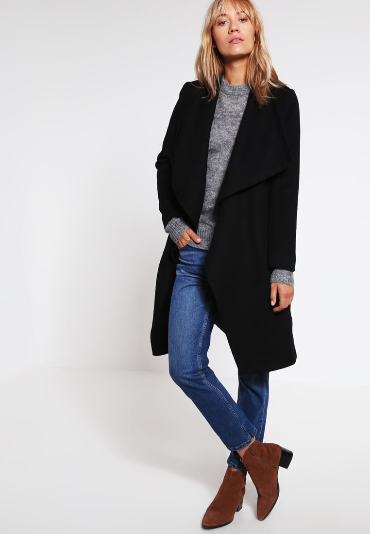 Classic coat in black from KIOMI
