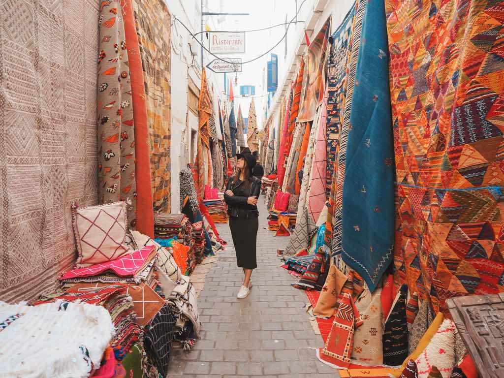 que-ver-en-essaouira-alfombras-medina-marruecos