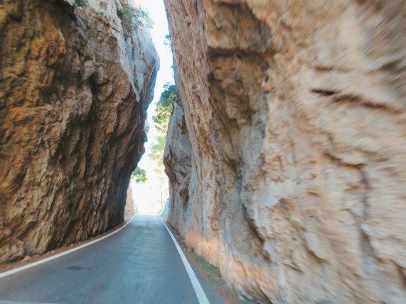 cala-tuent-carretera-rocas-mallorca