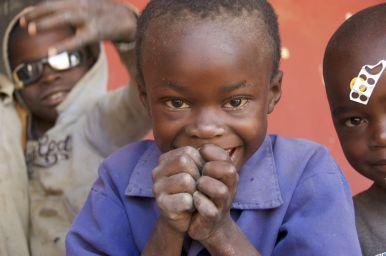 In sommige dorpjes willen de kinderen juist graag op de foto, in andere juist absoluut niet... Hier dus wel.