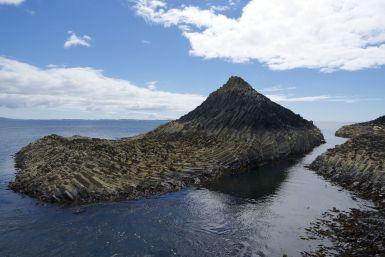 Het basalt neemt de meest waanzinnige vormen aan. Deze golf lijkt door een kunstenaar gemaakt.