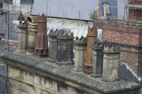 neerkijken op schoorstenen vanaf een hooggelegen weg