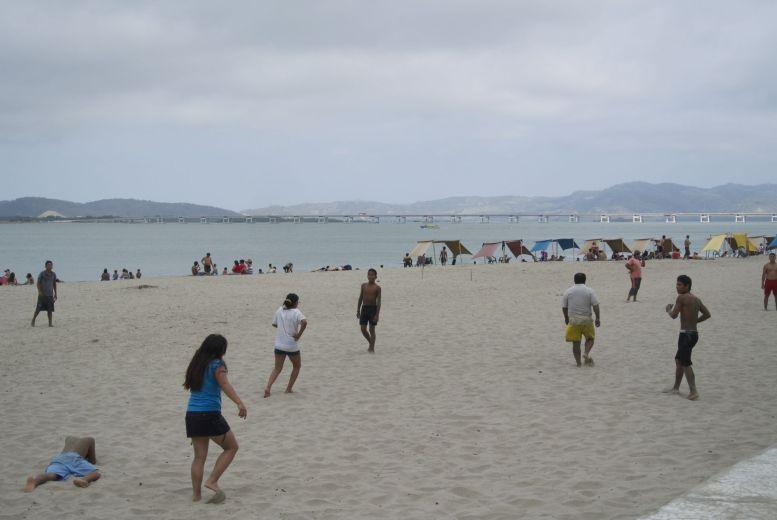 Strand bij de punt van Bahía de Caráquez.