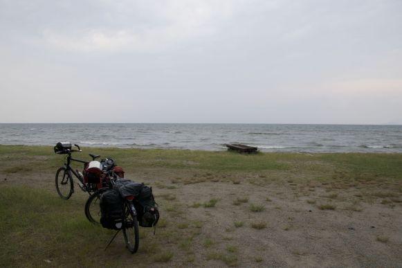 En dan vind je eindelijk eens een bewegwijzerde camping... en dan is ie dicht. Gelukkig mochten we de tent opzetten bij de nabijgelegen michi-no-eki ('weg-station').