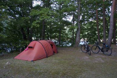 Sakura Route Mihabori Lakeside was dicht, en zelfs het water was afgesloten. Maar vlak buiten de camping is een openbar toilet, dus we zetten de tent toch maar op.