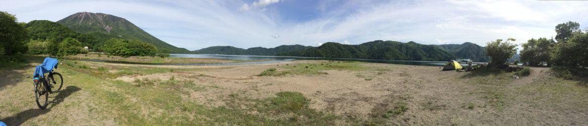 Shoubugahama camping ground aan het Chuzenji meer is helaas ook weer duur. Maar met zo'n uitzicht mag je niet klagen...