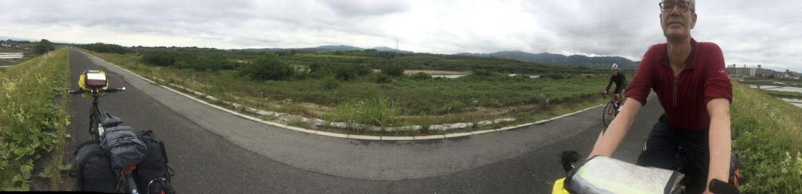 Zo'n panoramafoto van een recht fietspad levert een vreemd resultaat op...