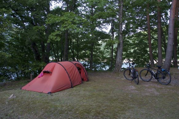 Niet de beste kampeerplek van de vakantie, maar wel lekker rustig, en gratis omdat er niemand is aan wie we kunnen betalen.