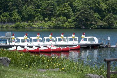 Boven op de pas is er opeens een idyllisch meertje met rare bootjes en mensen die zitten te vissen. Het voelt er niet alsof je net een heel end hebt moeten klimmen om er te komen.