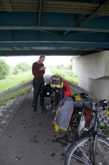Even schuilen onder een bruggetje. Even verderop blijkt dat we op een doodlopend fietspad zitten.
