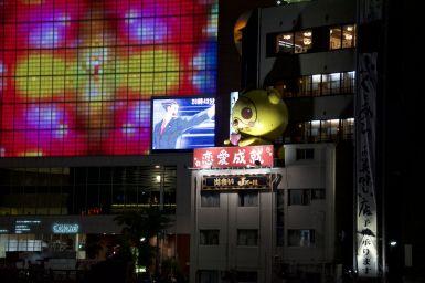 De stad komt 's avonds tot leven met hopen lichtjes en flanerende mensen.