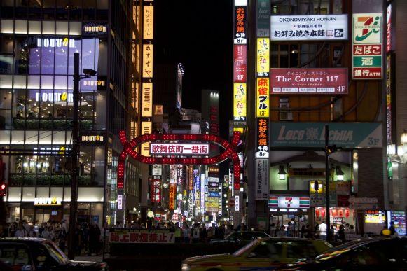 Ik weet nier waar meer lichtbakken zijn, in Shibuyu of hier in Shinjuku. Maar bang voor energieverspilling lijken ze niet te zijn.