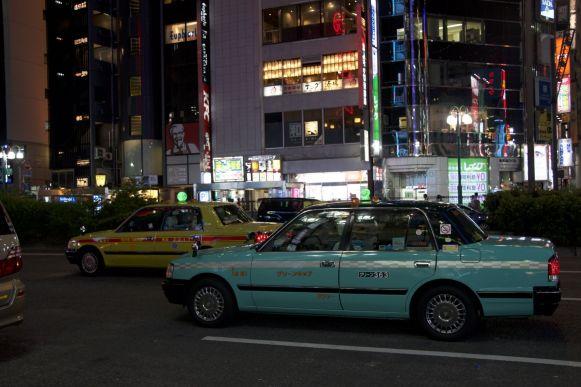 De taxi's in Tokyo zijn wel fotogeniek, met hun kleurtjes en gigantische zijspiegels.