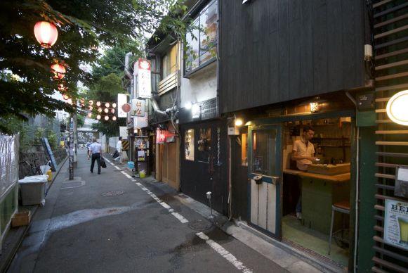 Drunkards Alley heeft minder sfeer dan Piss Alley. We drinken wel een sake, maar gaan daarna maar elders op zoek naar wat te eten.