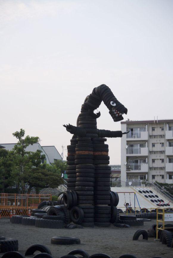 Op weg naar de restaurantjes lopen we opeens langs een 'tire park' waar we de leukste Godzilla van de vakantie zien.