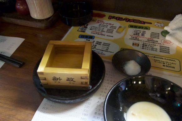 Sake in een vierkant bakje en overstroming-schoteltje...