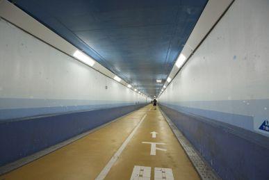 Dan maar Kanmon tunnel door. Naast eent tunnel voor auto's is er een voetgangerstunnel waar we 780m met de fiets aan de hand door lopen.