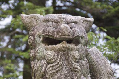 Beeld bij de Shinto schrijn