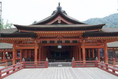 De schrijn heeft al net zo'n mooie rode kleur als de torii.