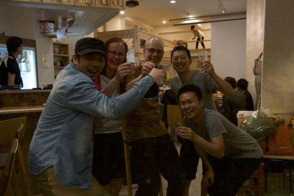 Kampai! We worden onthaald als vrienden in het hostel/sakebar die net vandaag geopend is.