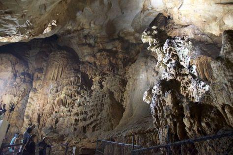 De grot is echt gigantisch. 1 km is toegankelijk voor publiek, maar de grot is geloof ik een kilometer of 10 lang!