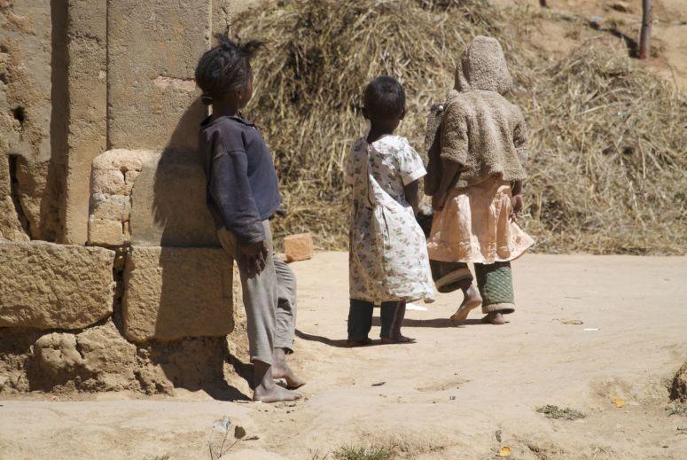 Kinderen langs de weg als we even pauze houden.