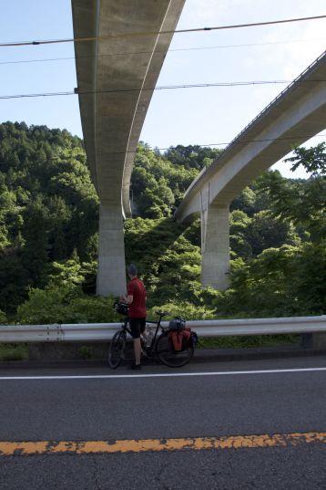 Tunnels door bergen en bruggen over dalen. Dat houdt de Japanse Alpen befietsbaar.
