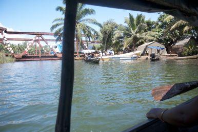 Terug steken we de rivier over in een bootje, waar we uiteraard toeristenprijzen voor betalen...