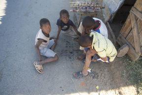 Spelen kan ook gewoon op een speelbord op de straat getekend, en met stenen als speelstukken.