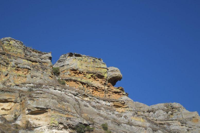 Genieten van prachtige rotsen en blauwe luchten