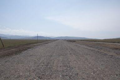 De weg rijdt recht op de grensovergang af.