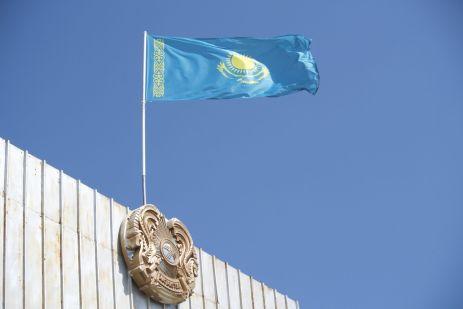 Jurjan fotografeerd bij de grens... dat wordt niet gewaardeerd. Deze foto van de vlag mag hij wel bewaren.