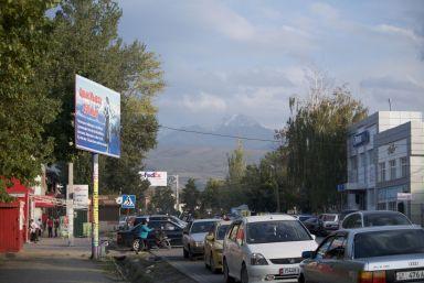 Uiteraard ook in Karakol bergen op de achtergrond