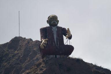 Geen idee wie deze meneer is bovenop de berg.