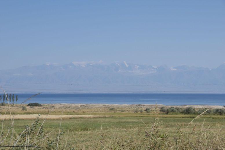 Op een heledere dag zie je de bergen aan de overkant van het meer goed liggen. Op bewolkte dagen lijkt het meer bijna een zee omdat je de overkant dan niet ziet.