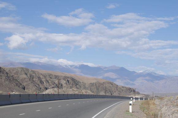 De weg is breed maar voorlopig nog rustig.