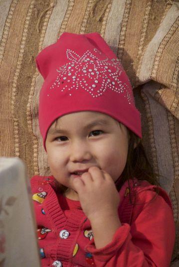 Kinderen hebben geen taal nodig. Dit meisje is helemaal weg van Jurjan die zo leuk meespeelt.