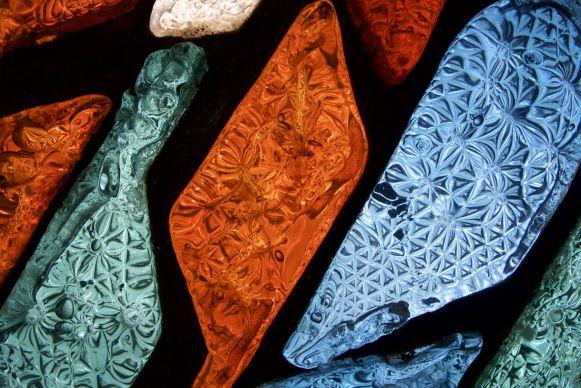 De kleuren en structuren van het behoorlijk dikke glas.