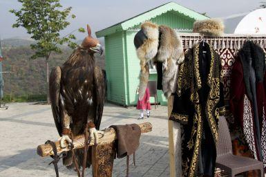 Ook hier kun je je hullen in traditionele outfit en met adeleaar laten fotograferen.