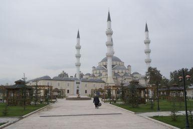 De landen zijn grotendeels moslim, maar buiten de aanwezigheid van moskees merkten we daar heel weinig van. Weinig hoofddoekjes en veel korte broeken in het straatbeeld.