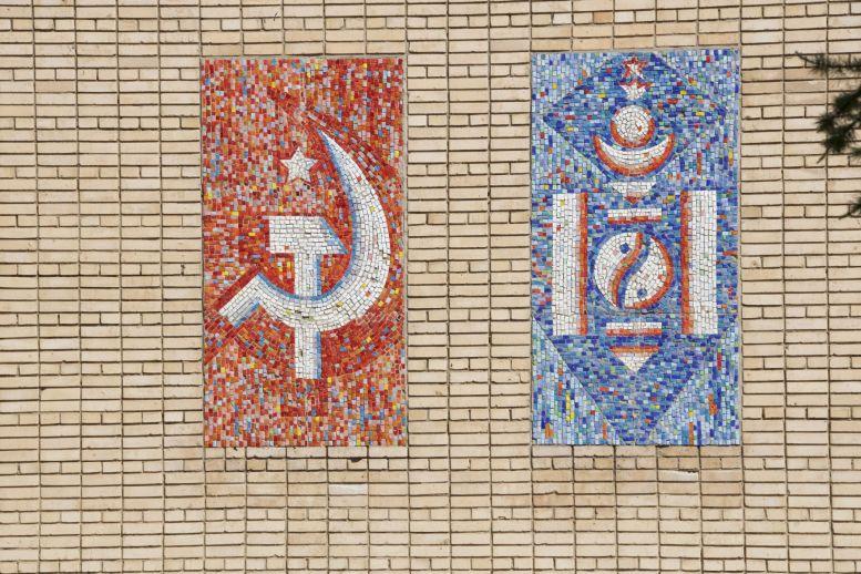 Een mozaiek op een schoolgebouw herinnert nog aan de Sovjet tijd.