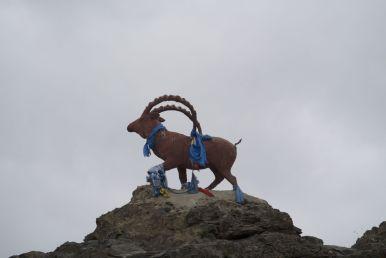 Het grote beeld bovenop een heuvel is uiteraard ook weer voorzien van de blauwe sjaaltjes.