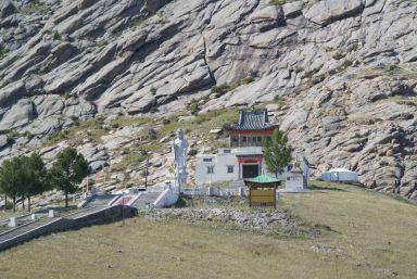 De Galdan Zuu tempel is prachtig gelegen op de heuvel met de rotsen erachter.
