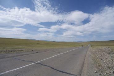 Na de onverharde heuvel nog een stuk glad asfalt.